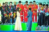 图文:世乒赛颁奖仪式 蔡振华与刘国梁握手