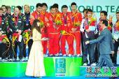 图文:世乒赛颁奖仪式 蔡振华为中国颁奖