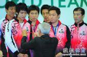 图文:世乒赛颁奖仪式 韩国男队接受奖牌