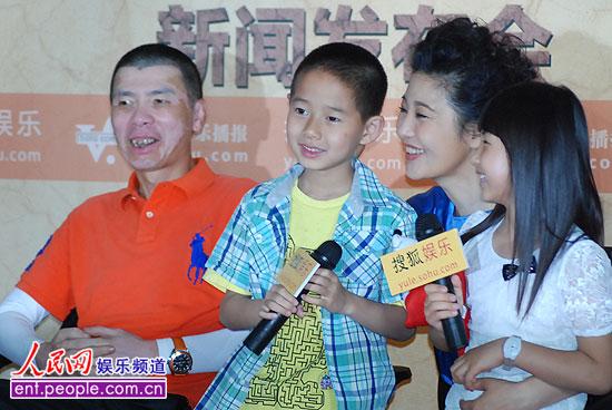 冯小刚、徐帆和小演员。人民网记者 赵纲 摄