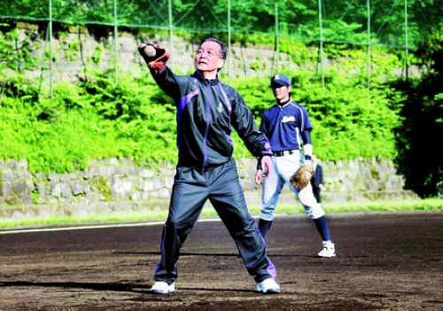 5月31日早晨,正在日本访问的中国总理温家宝来到东京上智大学,与该校大学生一起打棒球