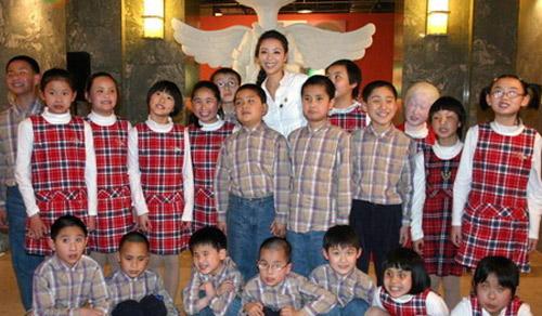 张静初与上海残校的小朋友们