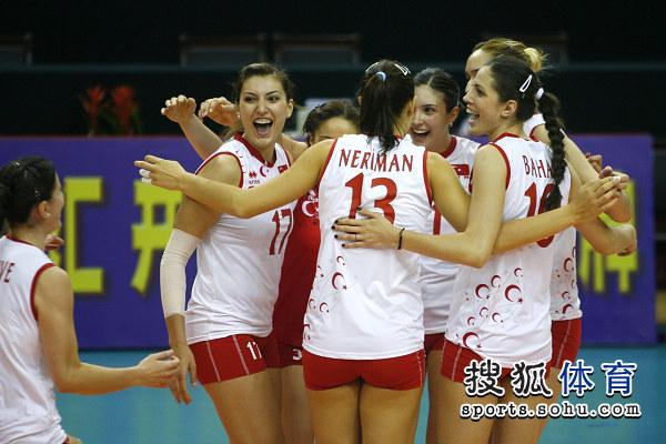 土耳其女排开心庆祝胜利