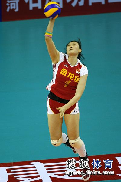 中国女排3 0横扫古巴 王一梅发球动作 高清图片