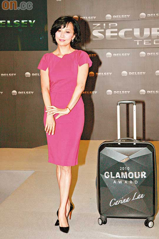 刘嘉玲获品牌送赠贴上水晶石的行李箱