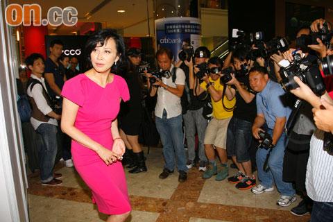 刘嘉玲出席活动受大批传媒包围