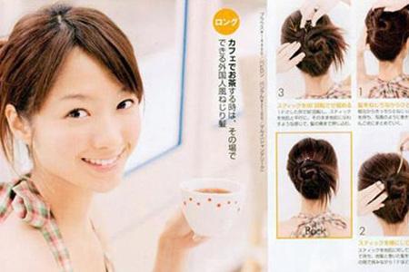 step2:用发簪斜45度插入盘好的头发,把盘发固定好.