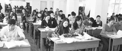 哈萨克斯坦阿拉木图国际哈中语言学校的学生们正在上汉语课.陈志新 图片