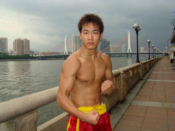 姜春鹏展示肌肉