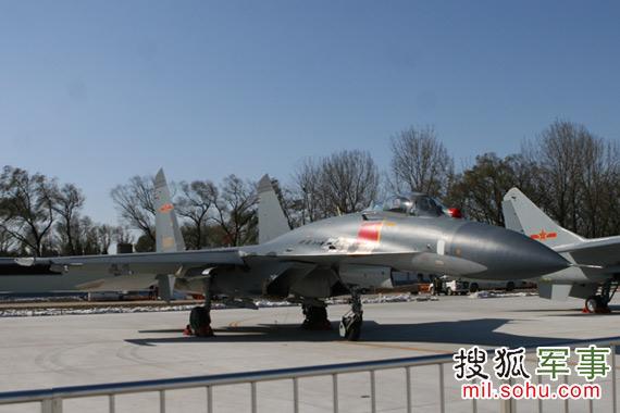 歼-11进行静态展示。