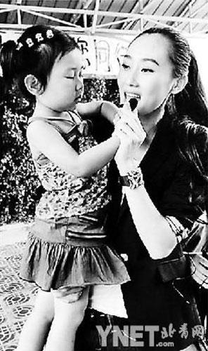林鹏与小朋友在一起 摄影记者娄启勇