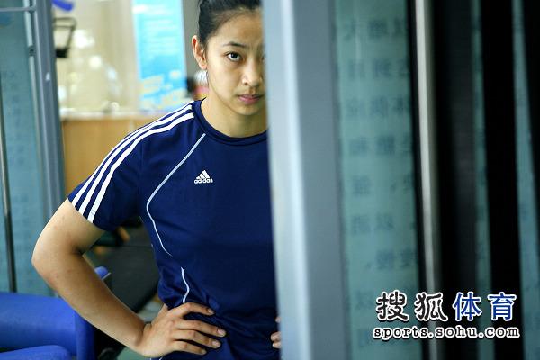 图文:中国女排进行力量训练 王茜偷瞄镜头