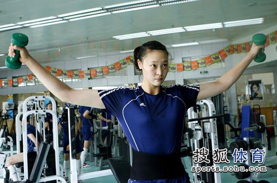 中国女排赛前力量训练,惠若琪十分投入