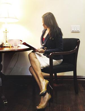 """洛伦扎娜身穿被银行""""禁止""""的紧身套装的照片。"""