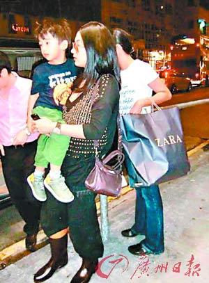 张柏芝抱着大儿子Lucas出街,侧面看还有点臃肿,正面看脸已恢复。