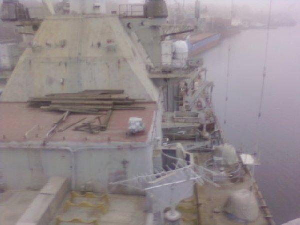 光荣级罗波夫海军上将号导弹巡洋舰的建造工作启动于1984年,建造地点位于乌克兰的尼古拉耶夫船厂。但是由于上世纪80年代后期乌克兰军费削减,建造工作一度被搁置。   1992年,该艘巡洋舰被重新命名为乌克兰号。乌克兰号巡洋舰满载排水量11200吨,能携带16枚可装载核弹头的SS-N-12沙箱超音速反舰导弹,有4对发射器,分布在舰上上层建筑的两侧,强大的攻击能力使其享有航母杀手的美誉。但就像乌克兰国防部长说的那样,该国海军并不需要这艘身形庞大的战舰。乌克兰海军既没有与之搭配使用的战舰