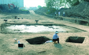 金中都 北京/昨日,丽泽商务区工地上,工人们正在对现场文物进行挖掘清理。...