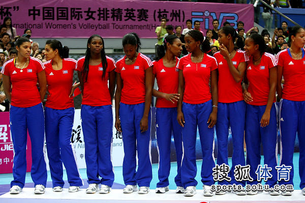 图文:中国女排3-1古巴夺冠 古巴队上领奖台