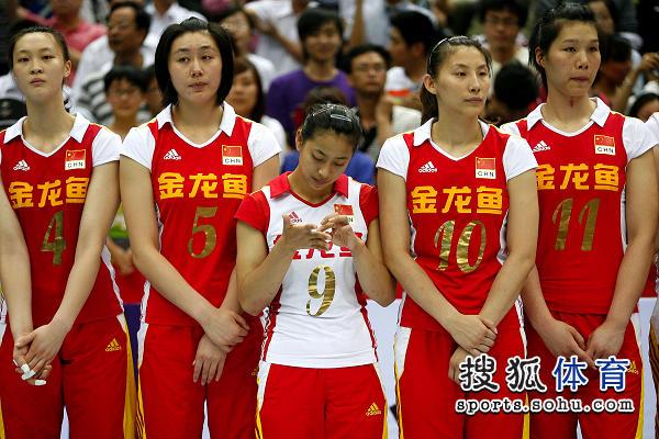 图文:中国女排3-1古巴夺冠 王茜抠手指