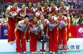 图文:中国女排3-1古巴夺冠 魏秋月手捧奖杯