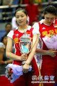 图文:中国女排3-1古巴夺冠 魏秋月抱奖杯