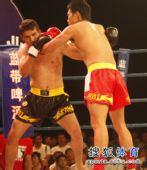 图文:姜春鹏KO伊朗选手 姜春鹏攻势逼人