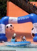 幻灯:韩国大摆架势玩水上足球 为助威不遗余力