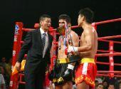 图文:姜春鹏KO伊朗选手 颁奖嘉宾祝贺选手