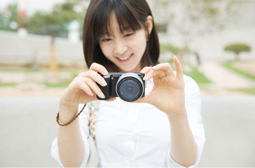 时尚无比!韩国清纯MM演示索尼NEX相机