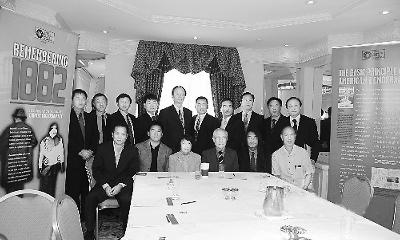 """当地时间8日,来自全美各地的华裔社团领袖齐聚华盛顿,首次就1882年美国国会制定的""""排华法案""""展开磋商,希望推动国会尽快通过法案正式向华人道歉。图为奥巴马原华裔竞选顾问、美国华人全国委员会主席薛海培(前排左一)等侨领出席当天会议。"""