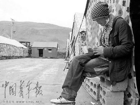 青海玉树,一位考生考前听音乐放松心情。本报记者 张鹏摄