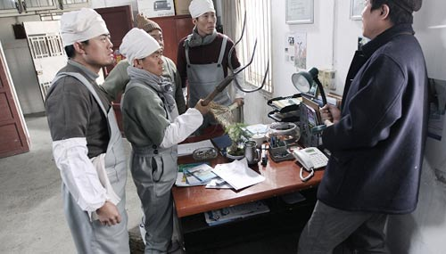 王宝强饰演讨薪挤奶工