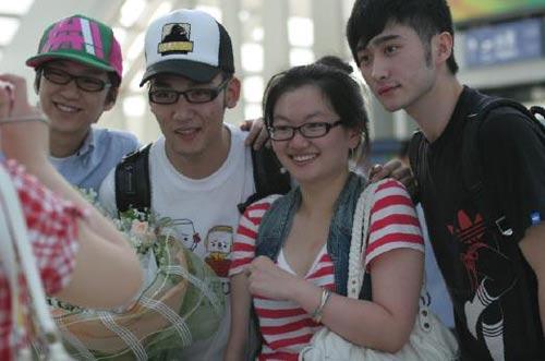 三帅组合和粉丝合影 (左一牟少帅,左二为李广博、右一为蒋一帆)