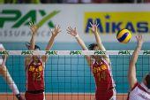 图文:瑞士赛中国女排3-0波兰 薛明陈丽怡拦网