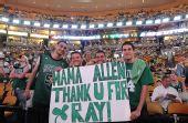 组图:NBA总决赛III 绿军球迷拿奥多姆老婆开涮