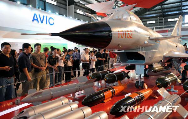 2008年11月7日,观众在珠海航展展馆里争睹歼-10战斗机的英姿。