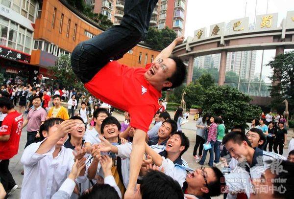 6月8日下午5点,重庆巴蜀中学高考考点,参加完高考的求精中学高三16班