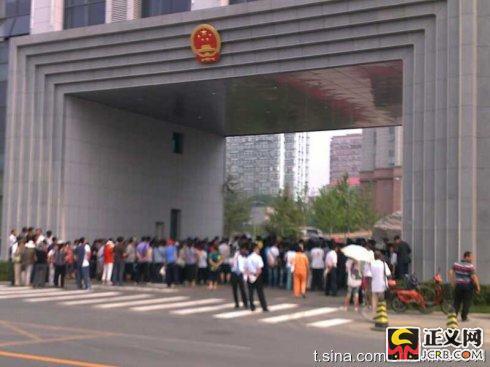 上午9时30分,群众围堵石景山区政府(记者手机拍摄)