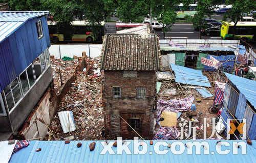 """登高俯瞰,苏三妹的房子四周全部拆去,孤独被工地""""包围""""。陈秋明/摄"""
