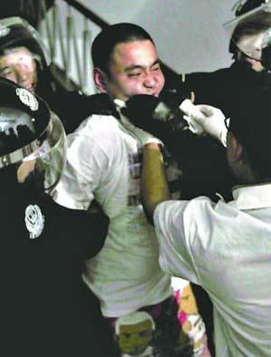 挟持人质者被警察制服。 冯玉坤 摄