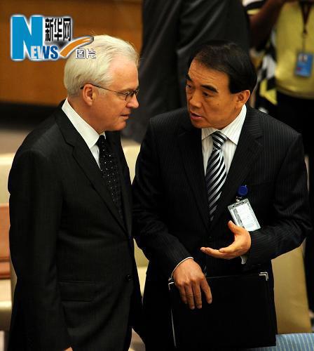 6月9日,在纽约联合国总部安理会会议厅,中国常驻联合国代表李保东(右)与俄罗斯常驻联合国代表丘尔金交谈。当日,安理会将就制裁伊朗决议草案进行投票表决。新华社记者申宏摄