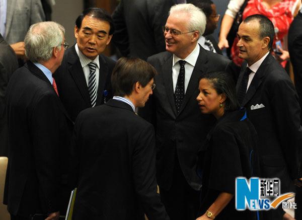 6月9日,在纽约联合国总部安理会会议厅,中国常驻联合国代表李保东(左二)与其他一些国家与会代表交谈。