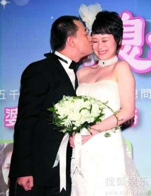 """黄海波大方亲吻""""新娘""""海清。"""