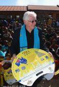 幻灯:澳大利亚足协献爱心 为南非小学捐赠书桌