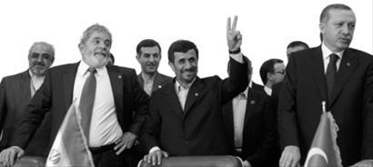 """内贾德(前排中)5月中旬与土耳其、巴西签署核燃料交换协议后作出""""胜利""""手势。"""