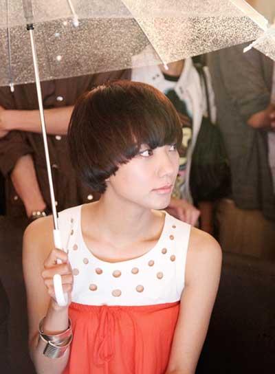 王珞丹雨中出席