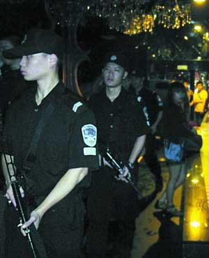 月10日凌晨,越秀警方出动持冲锋枪特警清查沿江路、长堤大马路一带酒吧、KTV。 黄澄锋摄