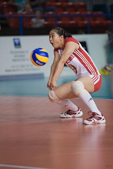 图文:中国女排2-3负古巴 王茜投入比赛