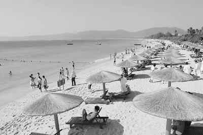 图为海南三亚亚龙湾的沙滩。石言摄(人民图片)