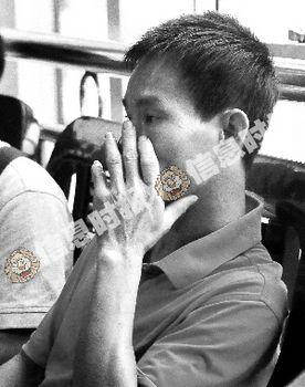 失去孩子的男子十分悲伤。信息时报记者 陆明杰 摄